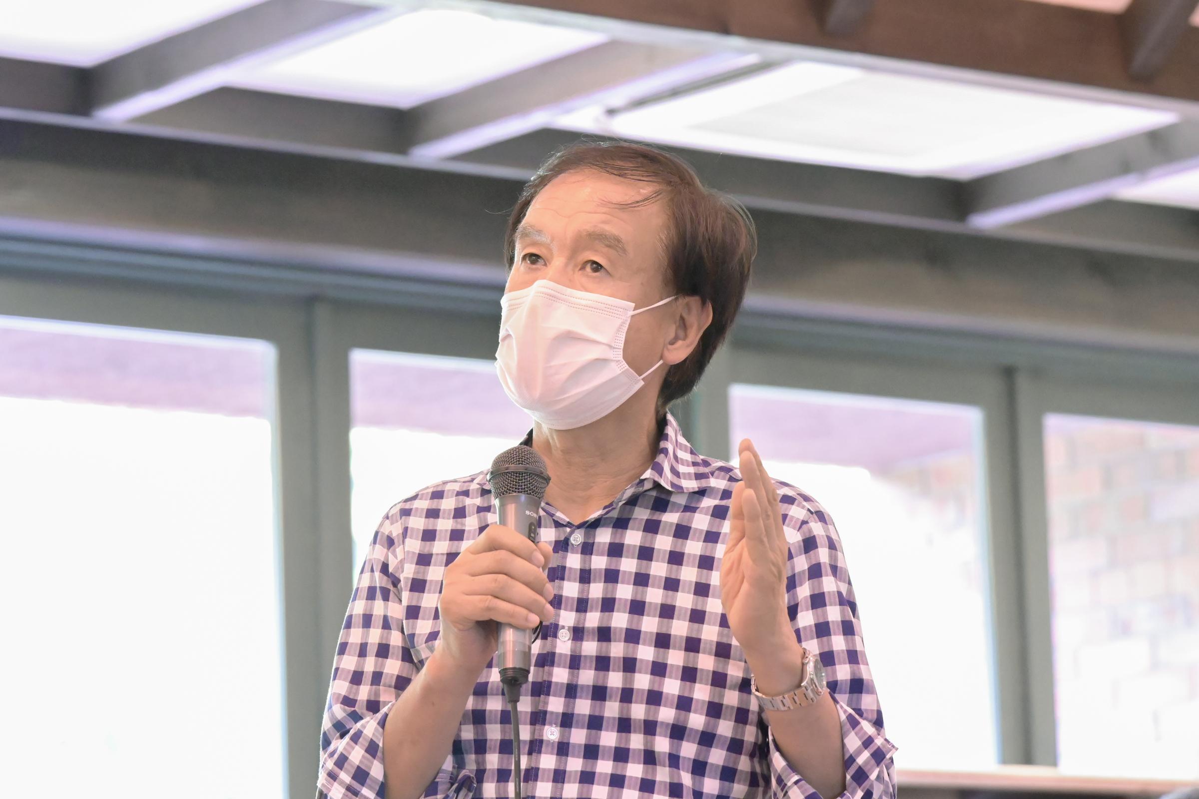 質問する松本大地